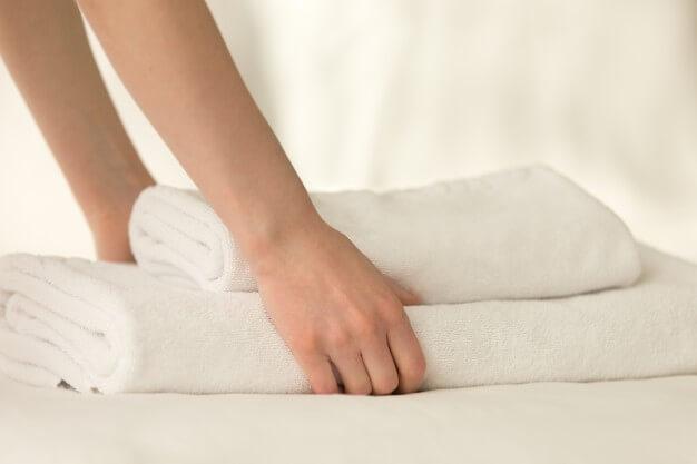 como desencadir toalhas de banho branca